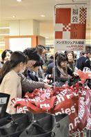 最後の初売りに買い物客続々 そごう徳島店