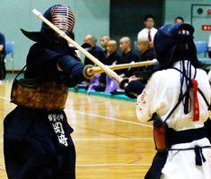 女子決勝 那賀川対高知 副将戦で優勝を決めた那賀川の岡﨑=徳島市立体育館