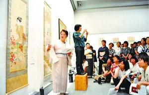 美人画を見ながら着物について解説する内山琴子さん=県立近代美術館