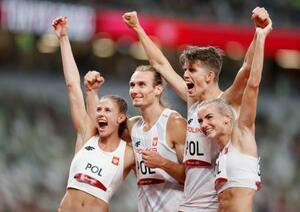 新種目の混合1600メートルリレーで優勝し、喜ぶポーランドの選手たち=国立競技場