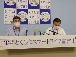 新型コロナ感染について発表する県職員=徳島県庁