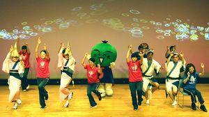改良された阿波踊り体操を踊るインストラクターら=2015年9月、小松島市のミリカホール(田中教授提供)