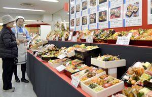 おせち料理のサンプルがずらりと並ぶ特設売り場=徳島市のそごう徳島店