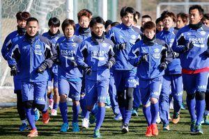 J1昇格を目指し、今季の初練習でランニングに励む徳島の選手たち=徳島スポーツビレッジ