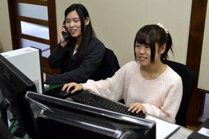東京の顧客企業とやりとりする西本さん(左)と谷さん=三好市池田町の三好ランド
