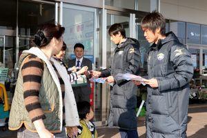 買い物客にホーム開幕戦への来場を呼び掛ける濱田(右端)ら=藍住町のゆめタウン徳島