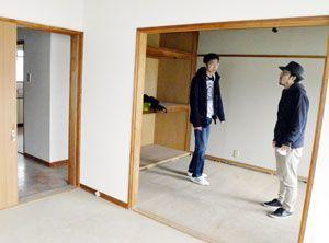 リフォーム中のシェアハウスの内装を確認する長谷川理事長(右)ら=徳島市鷹匠町3