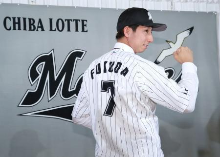 ロッテの入団会見で背番号を見せ、ポーズをとる福田秀平外野手=15日午後、千葉市内のホテル