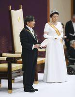 「即位後朝見の儀」でお言葉を述べられる天皇陛下と皇后さま=1日午前11時14分、宮殿・松の間(代表撮影)