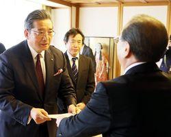「阿波踊り振興基金」の創設について遠藤市長(右)に提案書を手渡す米田社長=徳島市役所