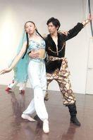 ロシアにバレエ留学する宮田さん(左)。18日の公演に向け、住友さんと練習に励む=徳島市内