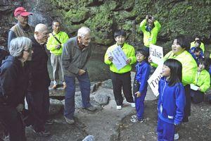 祖谷のかずら橋周辺で外国人観光客とクイズで交流する児童生徒(右側)=三好市西祖谷山村