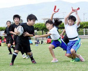 熱戦を繰り広げる小学生=石井町高川原のOKいしいパーク飯尾川公園