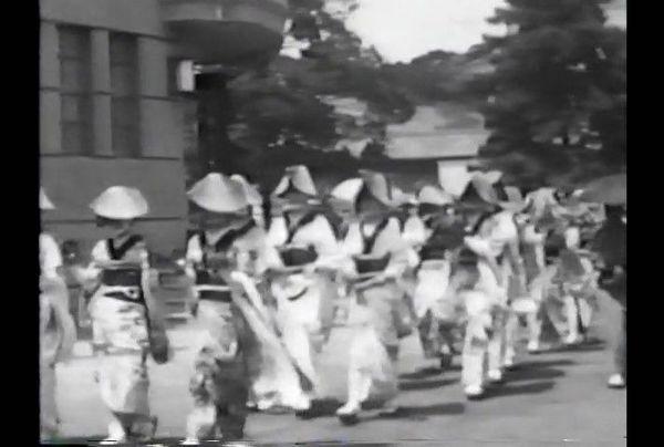 そろいの着物と編み笠で阿波踊りを楽しむ女性=1933年ごろ撮影(県立文書館提供)