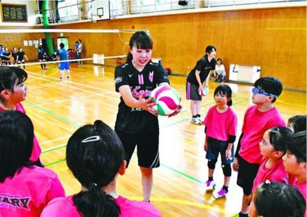 筒井さん(中央)から指導を受ける選手=小松島市立江町の立江体育館