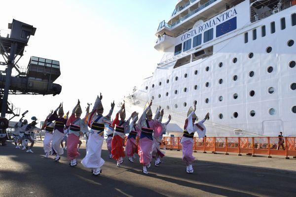 クルーズ船の乗客に阿波踊りを披露する踊り子=小松島市和田津開町の徳島小松島港赤石岸壁