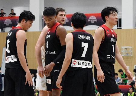 ニュージーランドに敗れ、肩を落とす(左から)比江島、八村ら日本代表=川崎