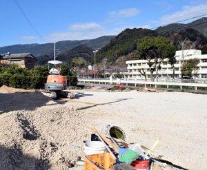 定住者向けに分譲される宅地。坂本川の対岸には横瀬小学校が見える=勝浦町三渓