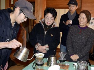 石さん(左)からコーヒーの入れ方を教わる参加者=牟岐町河内