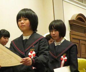 主催者から表彰状を受け取る津乃峰小児童=神戸市