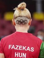 刈り上げた後頭部に五輪マークを描いた、卓球のハンガリー女子代表のファゼカシュ=東京体育館