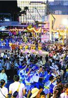 演舞場の踊り子たちを取り囲む見物客。「踊る阿呆(あほう)」と「見る阿呆」の熱気が街を包んだ=13日午後7時半、新町橋演舞場