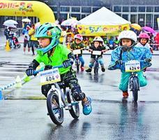 ランニングバイクで競り合う子ども=鳴門市のボートレース鳴門