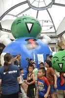 ふわふわドームの前に集まる子どもたち=徳島市の東新町商店街