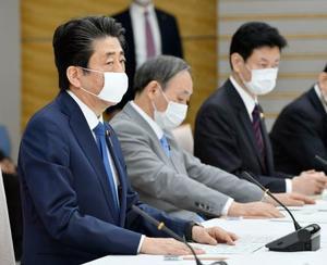 新型コロナウイルス感染症対策本部の会合で発言する安倍首相=6日午後6時29分、首相官邸