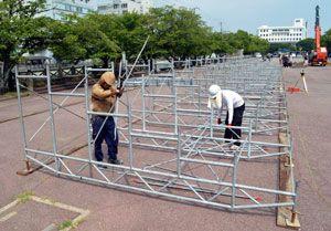 桟敷の土台を組み立てる作業員=徳島市の藍場浜公園