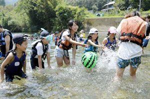 川遊びを楽しむ福島の子どもたち=美波町の日和佐川