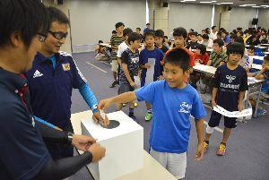 県サッカー少年団大会の組み合わせ抽選に臨む選手たち=徳島市の新聞放送会館