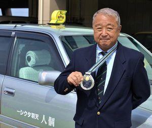 マスター事業者コンテストで優勝した天羽さん=徳島市津田海岸町1の県個人タクシー協同組合