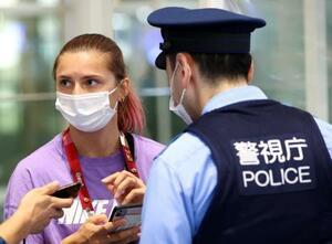 羽田空港で警察官と話す陸上女子ベラルーシ代表のクリスツィナ・ツィマノウスカヤ=1日(ロイター=共同)