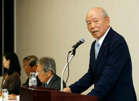 記者会見するアスクルの戸田一雄社外取締役=23日午後、東京都内