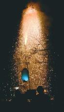 降り注ぐ火の粉に声援 吹筒花火那賀で競技会 150…