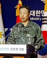 24日、ソウル市内で記者会見する韓国軍合同参謀本部の当局者(聯合=共同)