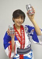 アサヒスーパードライの阿波おどりデザイン缶をPRする田口さん=徳島新聞社