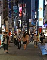 飲食店などが多く並ぶ、さいたま市内の繁華街を行き交う人たち=31日夕