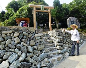 ほたる神社の入り口に髙開さんが築いた石積み=吉野川市美郷の美郷ほたる館駐車場