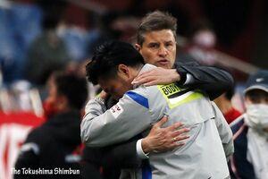 試合後、健闘をたたえ合う甲本ヘッドコーチとロドリゲス前監督 =さいたま市の埼玉スタジアム