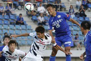 後半33分、徳島の冨田(右から2人目)がヘディングシュートを決め1-1とする=鳴門ポカリスエットスタジアム