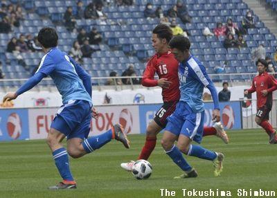 後半、ドリブルで相手ゴールに迫る藤原志龍=埼玉スタジアム2002