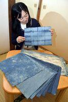 阿波藍で染めた拝宮和紙=徳島市の阿波十郎兵衛屋敷