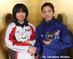 新人賞を獲得した海部郡の戎井(左)と阿南市の児島=徳島市のJRホテルクレメント徳島