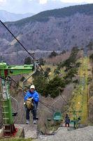リフトに乗り、春山の景色を楽しむ登山客=剣山中腹の西島駅