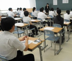 教員を目指して筆記試験に挑む受験者=徳島市の城東高