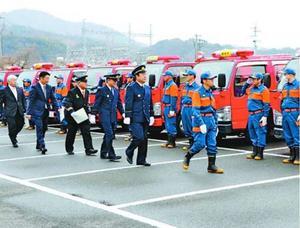 消防車両を観閲する出席者=美馬市脇町のうだつアリーナ