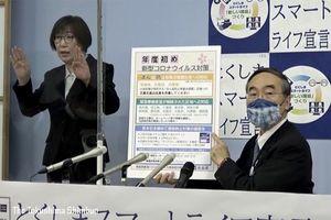 会見を行う飯泉知事=2日、徳島県庁