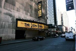興行中止が続く劇場街ブロードウェー=9日、米ニューヨーク(ゲッティ=共同)